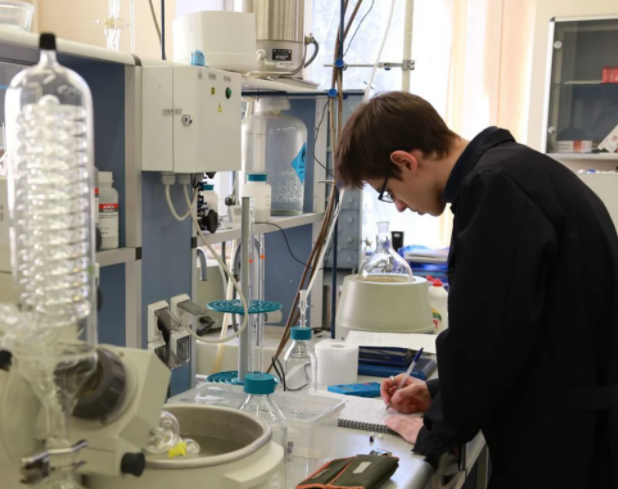 Микробы и грибки в ужасе от нового шелкового материала